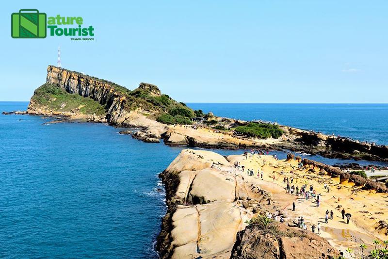 Bao quanh công viên là bãi biển xinh đẹp, xanh ngắt
