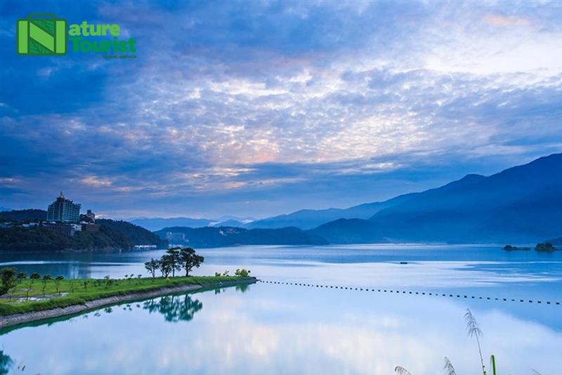 Hồ hòa trộn giữa cảnh trí thiên nhiên hùng vĩ bao gồm núi non bao quanh trùng điệp