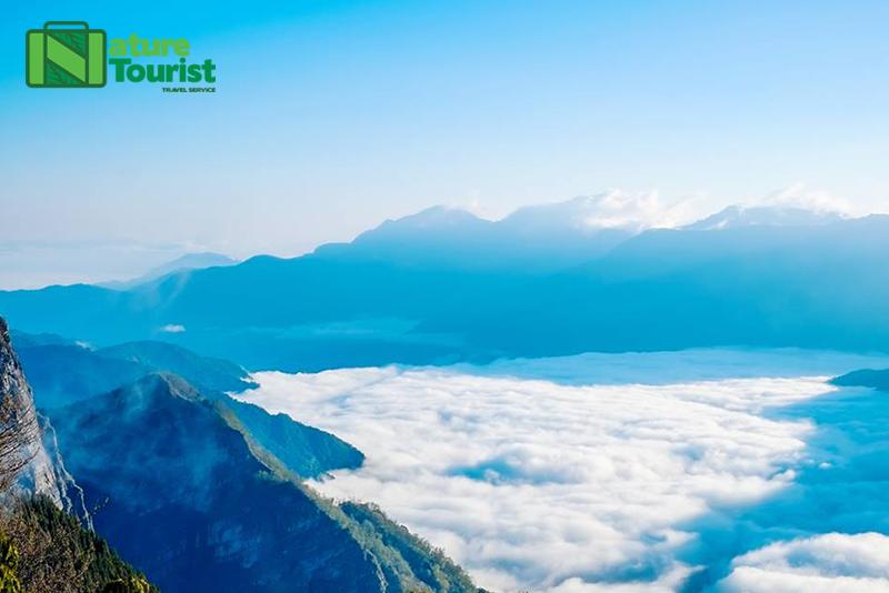 Khung cảnh mây lơ lửng tầm mắt trên đỉnh A Lý Sơn