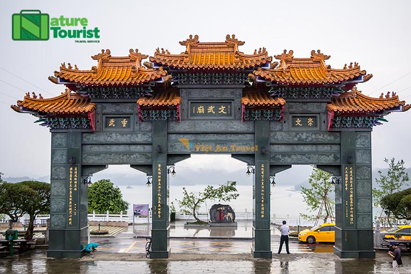Miếu Văn Võ nơi thờ Quan Công và đức Khổng Tử nằm sát bên hồ Nhật Nguyệt