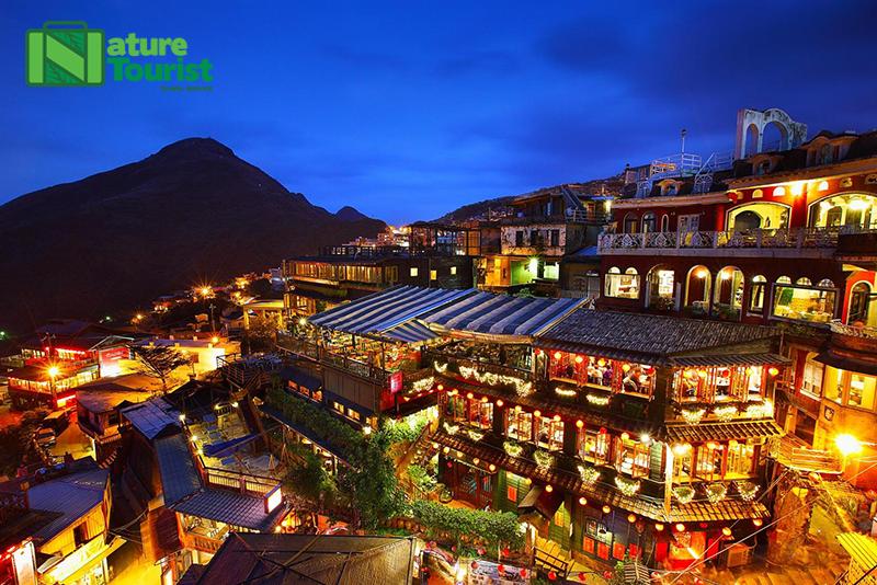 Ngôi làng cổ Cửu Phần ôm sát triền núi và nhìn ra biển với những bậc thang uốn khúc quanh co