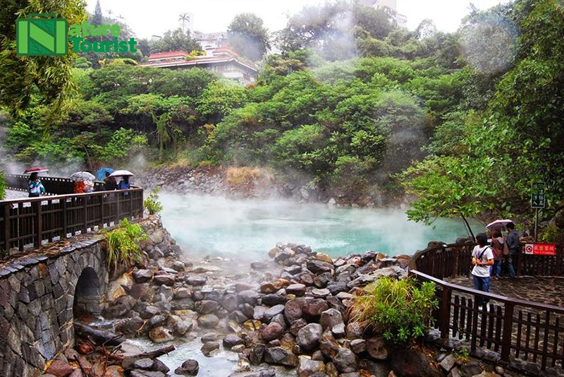Suối nước nóng được du khách yêu thích để thư giãn, chữa bệnh